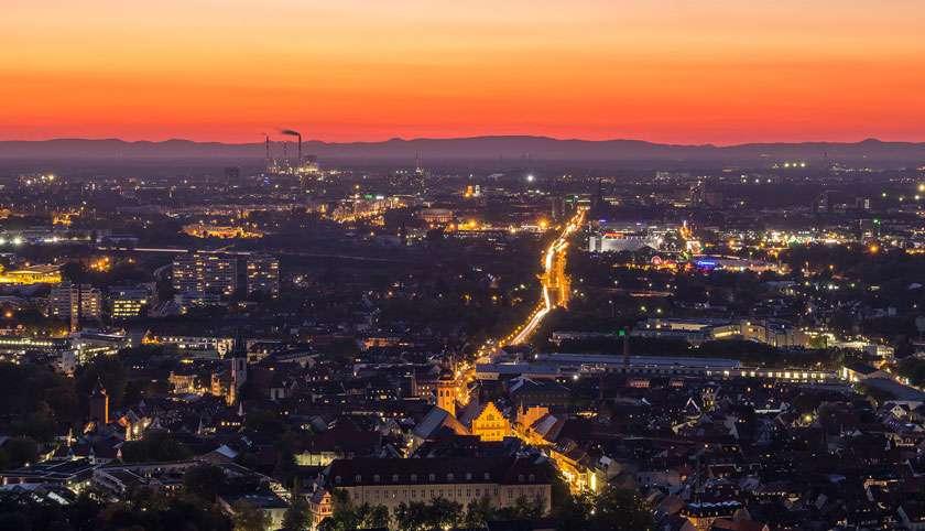 Blick auf Karlsruhe bei Dämmerung