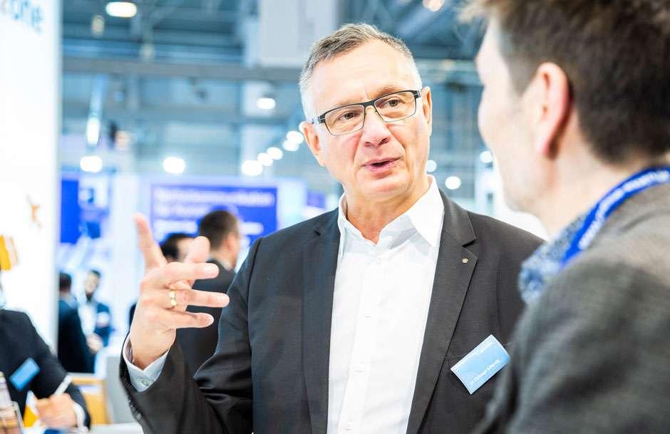 Christoph Schlenzig im Gespräch bei der E-world Messetour