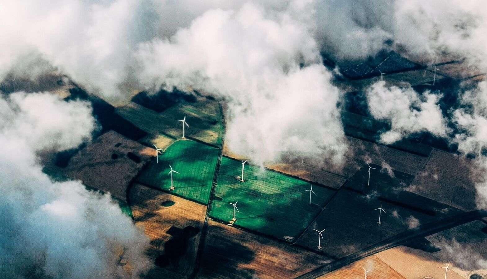 Luftaufnahme Windräder und Wolken