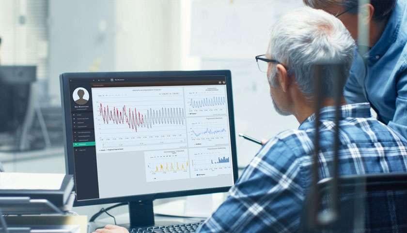 Zwei Männer vor Monitor mit Software Seven2one