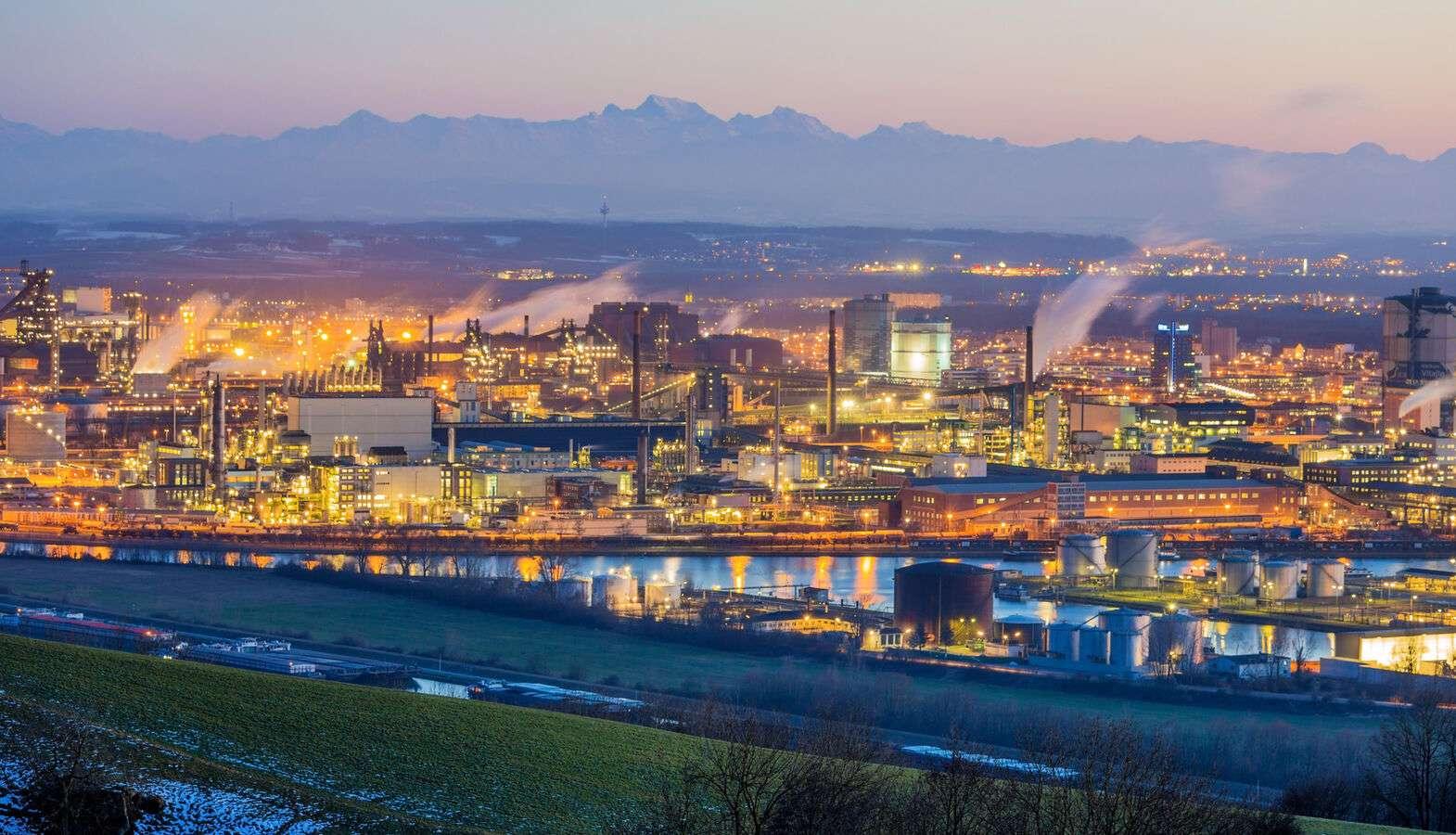 Industrieanlage bei Nacht