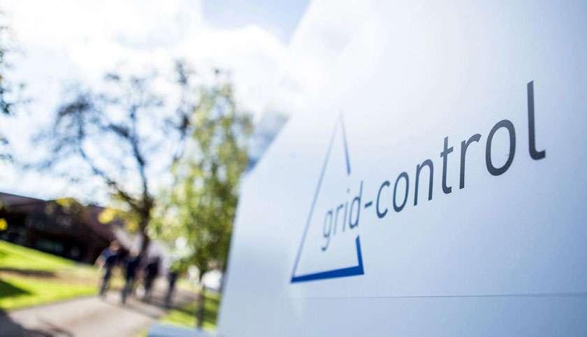 grid-control Logo auf Schild
