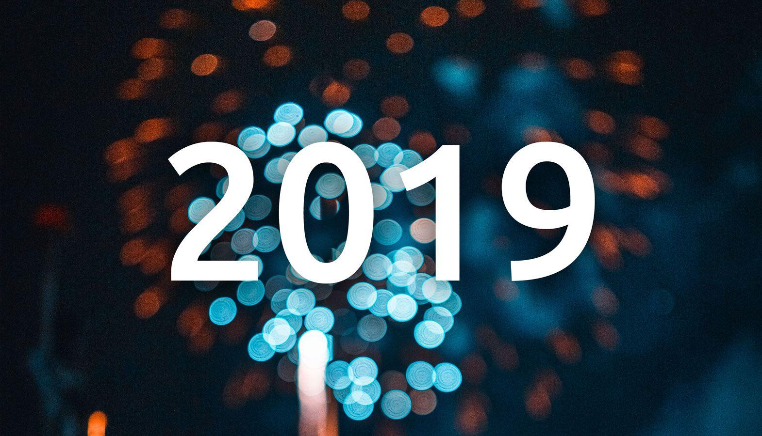 """Feuerwerk und Text """"2019"""" im Vordergrund"""