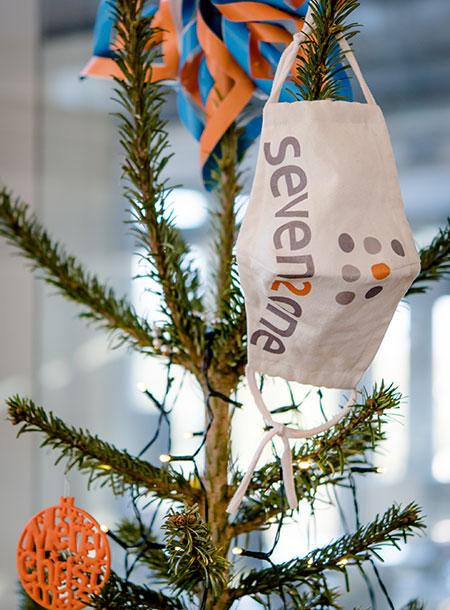 Weihnachtsbaum mit Mundschutz und Seven2one Logo
