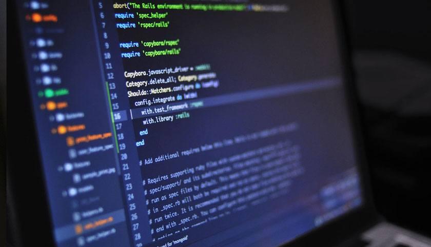 Programmiercode auf Monitor